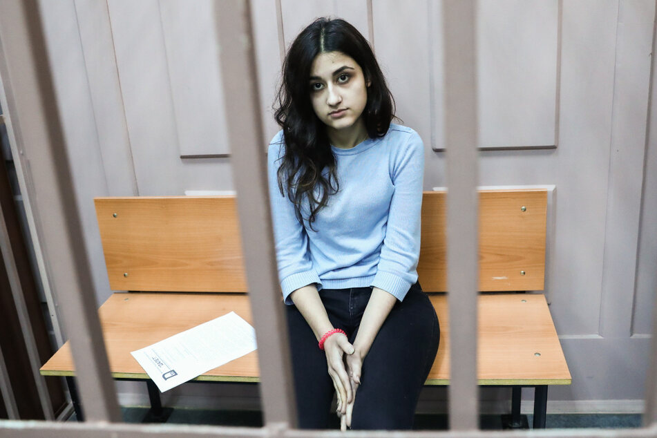 Kristina, eine der drei wegen des Mordes an ihrem Vater angeklagten Geschwister, sitzt im Bezirksgericht Basmanny.