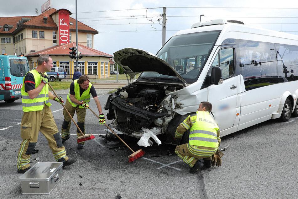 Die Feuerwehrleute beseitigten ausgelaufenes Benzin und Öl von der Straße.