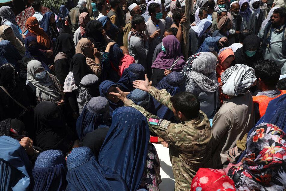 Während der Machtübernahme der Taliban in Afghanistan wurden viele Menschen aus ihrer Heimat vertrieben. Aufgrund des Konflikts rechnet der DRK-Suchdienst mit einer erhöhten Anfrage aus der Region.