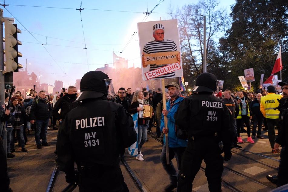 """In Leipzig hatten am Wochenende tausende """"Querdenker"""" demonstriert. Es war zu unzähligen Verstößen gegen die Corona-Schutzverordnung, Angriffen auf Polizeibeamte und Attacken auf Medienvertreter gekommen."""