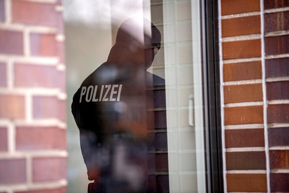 Polizisten durchsuchten die Wohnung des Mannes. (Symbolbild)