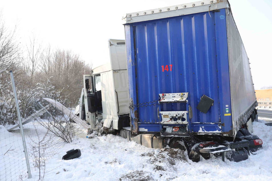 Unfall auf A4 bei Dresden: Lkw prallt auf Transporter, beide in Straßengraben geschleudert