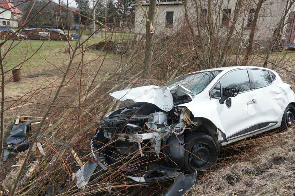 Der Renault wurde durch den Unfall stark beschädigt.