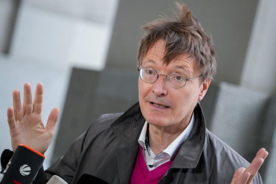 Karl Lauterbach (58) glaubt nicht an ein jähes Ende der Corona-Maßnahmen.