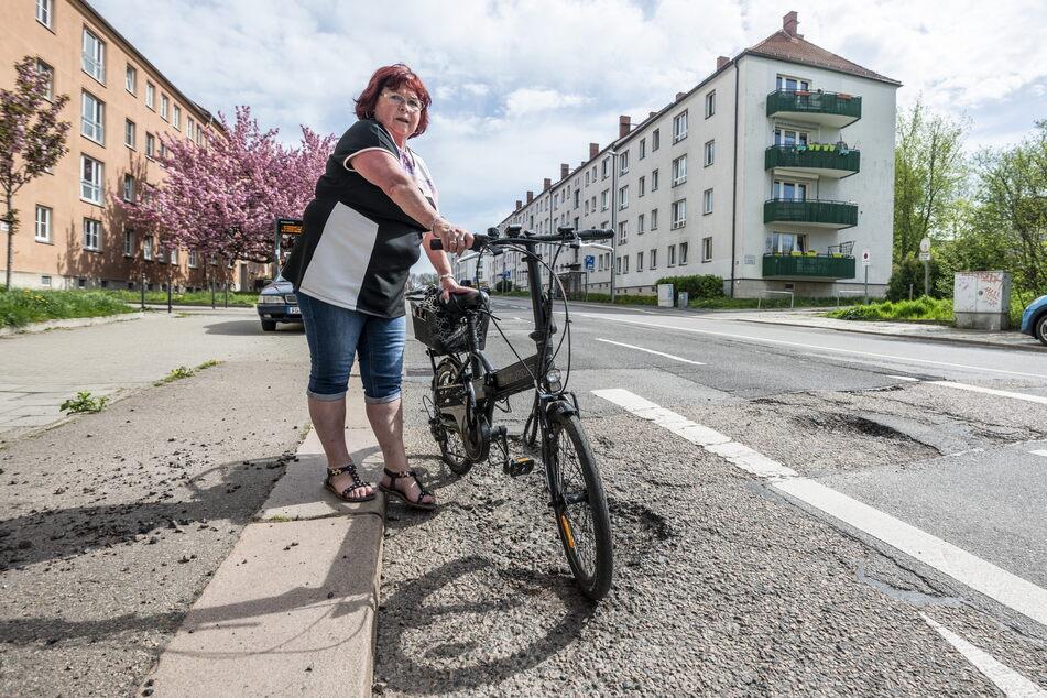 Radfahrerin Martina Böttcher muss das Schlagloch in der Lutherstraße umfahren.