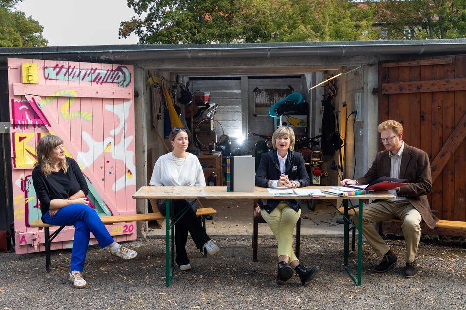 Buchbinderin Cornelia Ahnert (57), Illustratorin Ulrike Schell (23), OB Barbara Ludwig (58, SPD) und Kulturhauptstadt-Projektleiter Ferenc Csák (46) präsentierten das neue Bewerbungsbuch vor einer Garage.