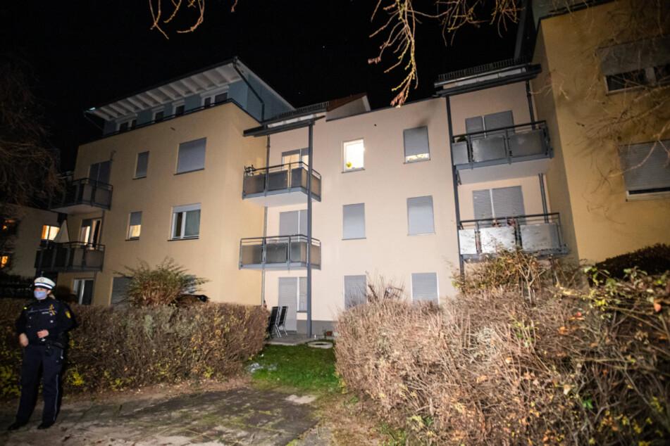 Sechs Verletzte! 33-Jähriger droht mit Messer und springt vom Dach