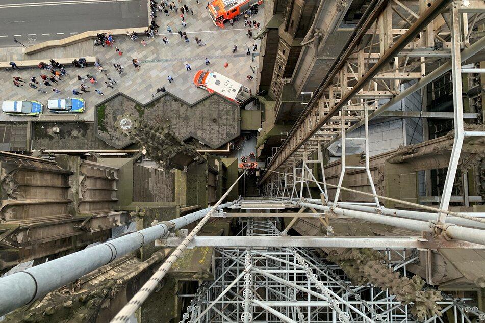 Die Frau wurde aus rund 45 Metern Höhe am Kölner Dom abgeseilt.