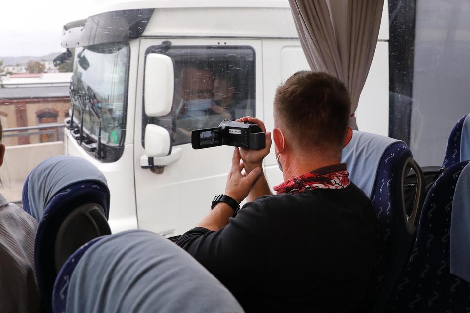 Polizisten in Zivil filmen Verkehrssünder verdeckt aus dem Bus heraus.
