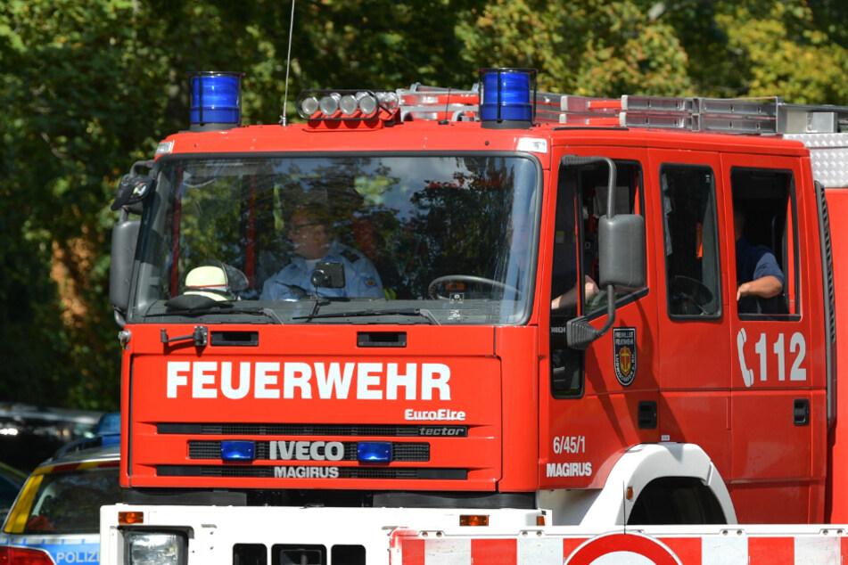 Die Feuerwehr löschte die brennende Handtasche. Zuvor hatte der Fahrer auf dem Seitenstreifen gehalten. (Symbolbild)