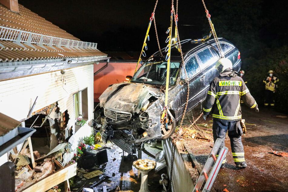 Einsatzkräfte bargen den Mercedes mit einem Kran aus der Hauswand. Das Auto wurde von der Polizei sichergestellt.
