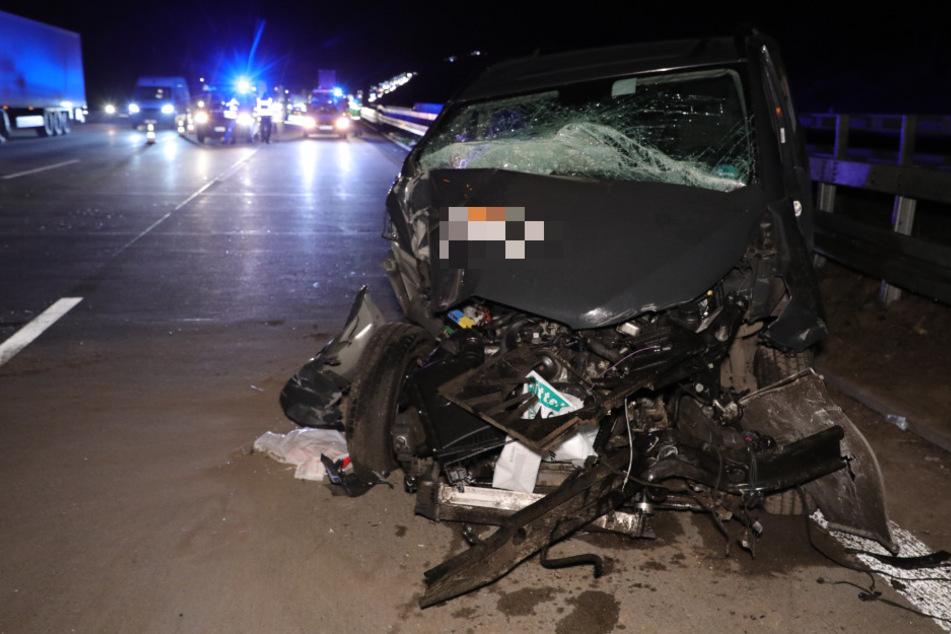 Der völlig zerstörte Mercedes Transporter.