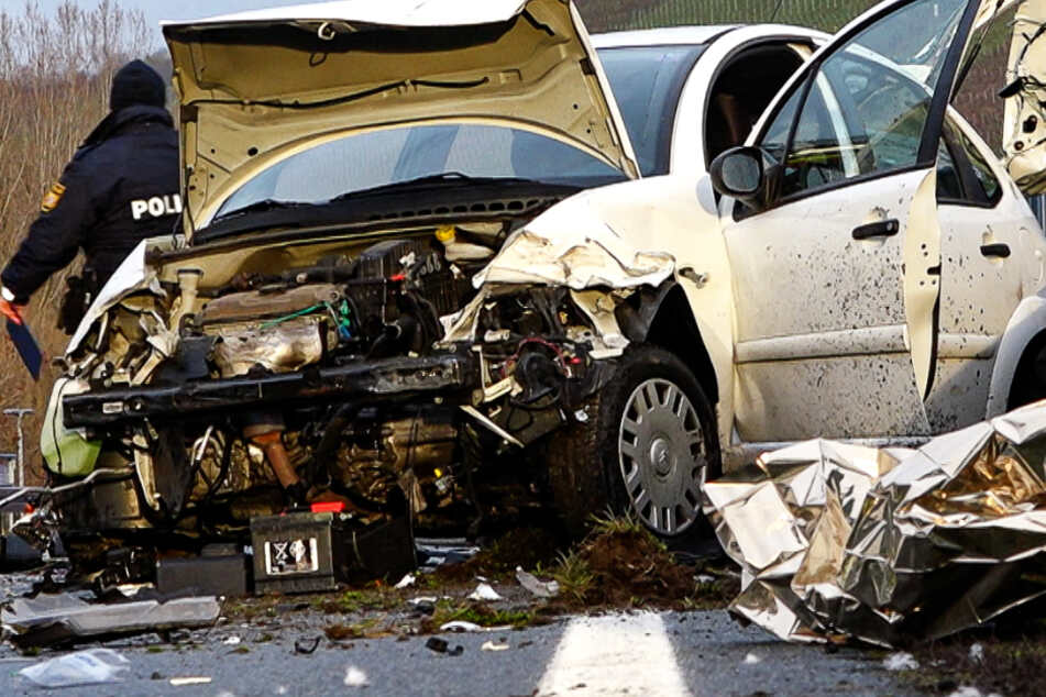 Glatteis-Unfall am Morgen: Autofahrerin lebensgefährlich verletzt