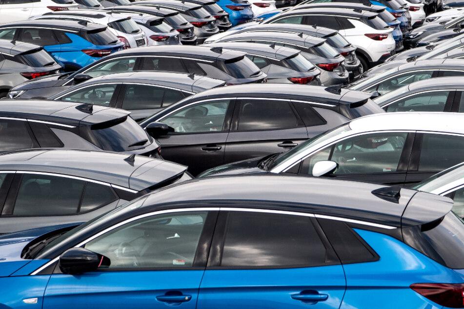 Niedersachsen, Wilhelmshaven: Autos stehen vor dem Terminal zur Verschiffung von Gebrauchtwagen von Europa nach Afrika.