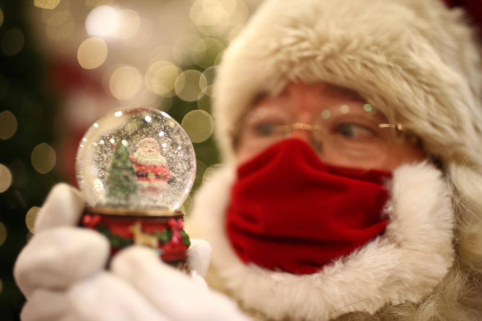 """Bekommen wir """"Weiße Weihnachten""""? Der Weihnachtsmann schaut schon mal in seine Schnee-Kugel."""