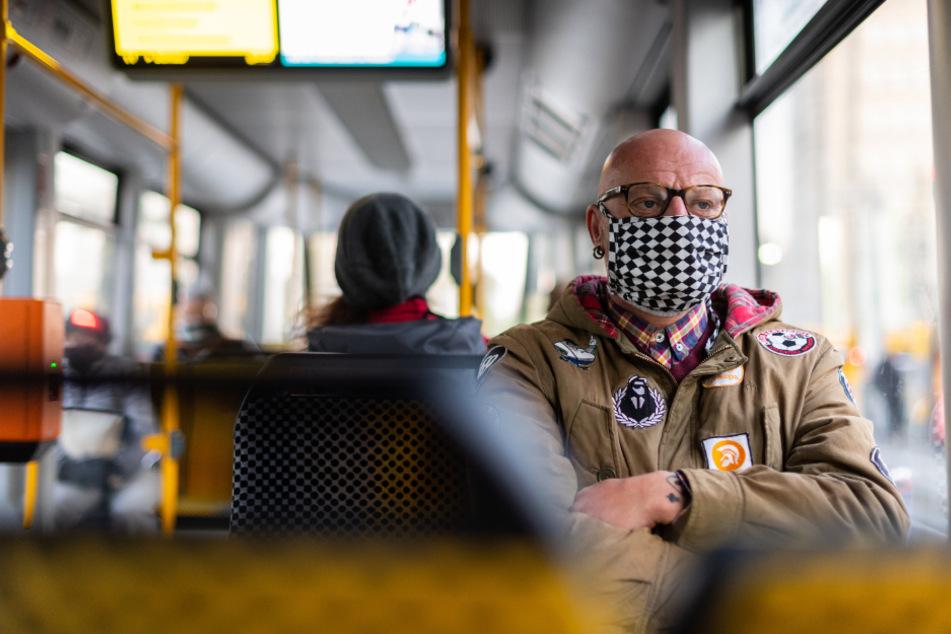Corona hat unseren Alltag verändert: Im ÖPNV und beim Einkaufen sind Schutzmasken zur Regel geworden. Das Mindestbußgeld für Maskenverweigerer wurde diese Woche auf 50 Euro festgesetzt.