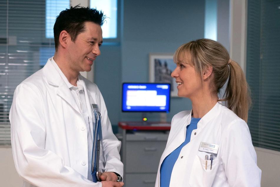 Auch Dr. Philipp Brentano lässt es sich nicht nehmen, Dr. Lea Peters zu verabschieden und ihr zu sagen, dass er sie vermissen wird.
