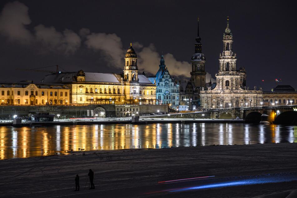 Dresden: Die Altstadt an der Elbe mit dem Ständehaus, dem Georgentor, dem Hausmannsturm und der Hofkirche. Im Hintergrund ist Qualm aus den Schornsteinen des Heizkraftwerkes Nossener Brücke zu sehen.