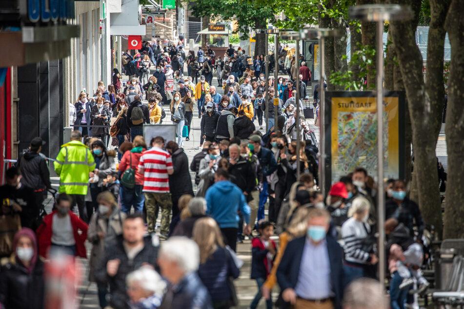 Zahlreiche Menschen laufen durch die Königstraße in Stuttgart. Seit mehreren Wochen steigt die Inzidenz an.