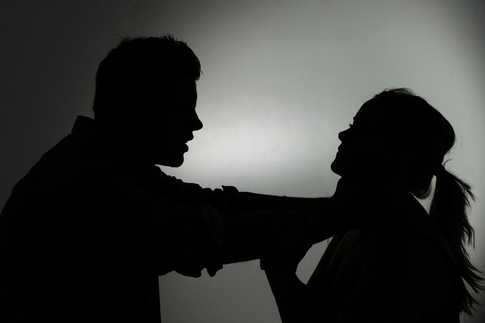 Sachsen rechnet mit einem Anstieg der häuslichen Gewalt. (Symbolbild)