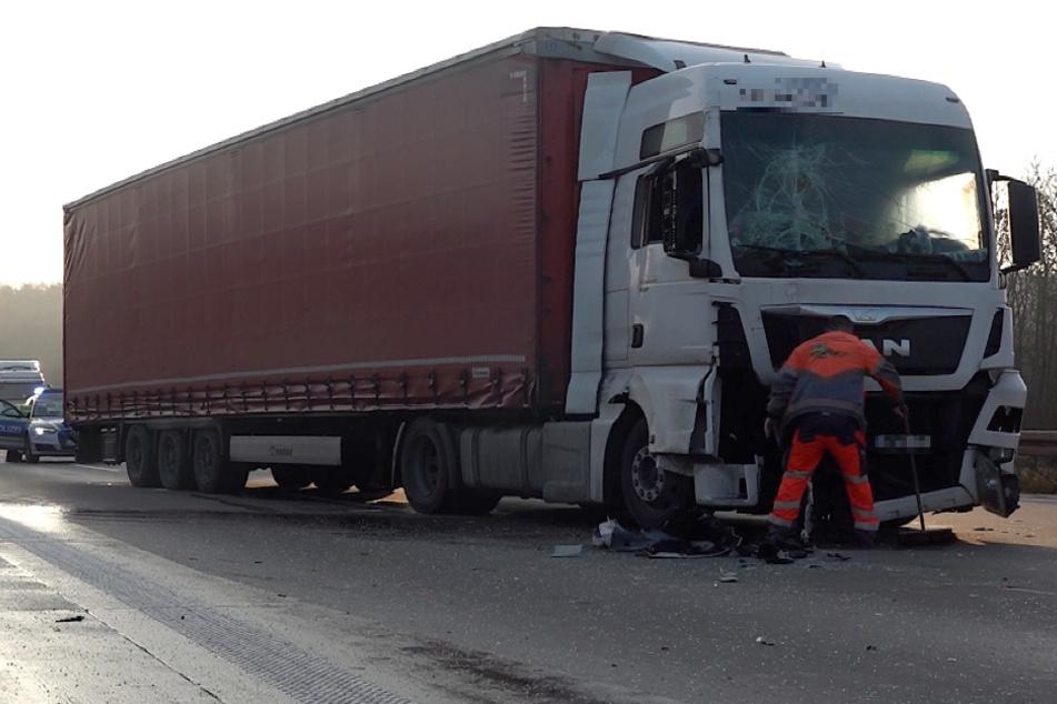 Lastwagen rauschen ineinander: Stau auf der A2 nach Unfall