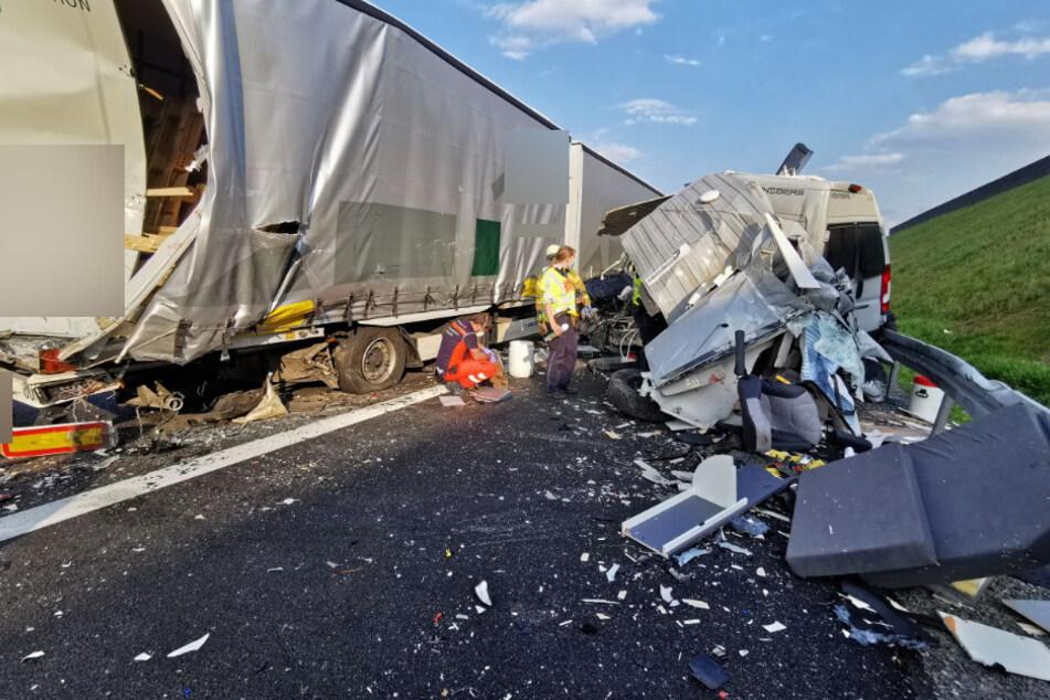 Unfall A6: Horror-Unfall auf der A6! Wohnmobil kracht ins Stauende