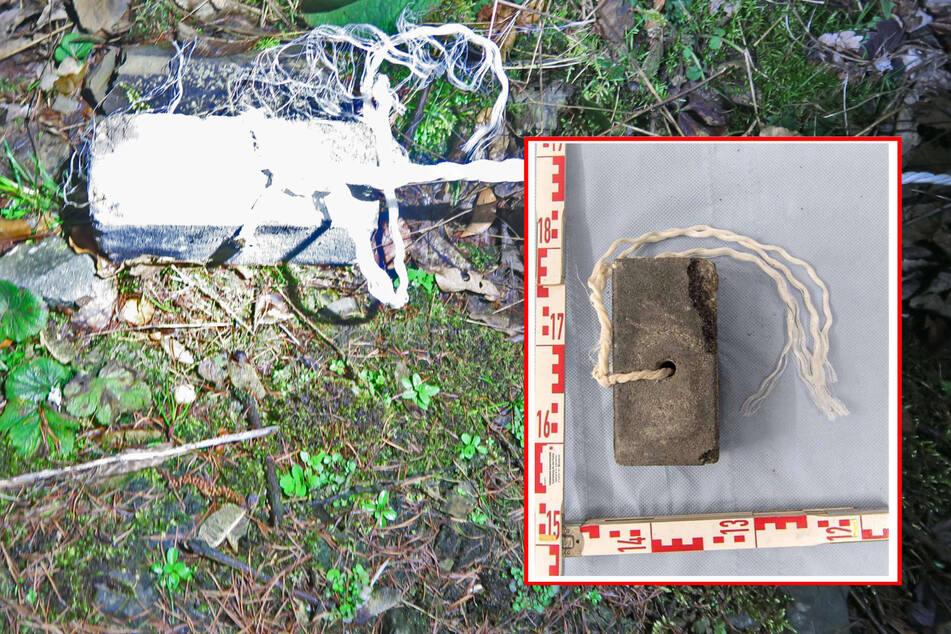 Zwei Pflastersteine waren so präpariert worden, dass sie an einem Nylonseil an einer Fußgängerbrücke in Velbert-Neviges befestigt über den Gleisen gehangen hatten.