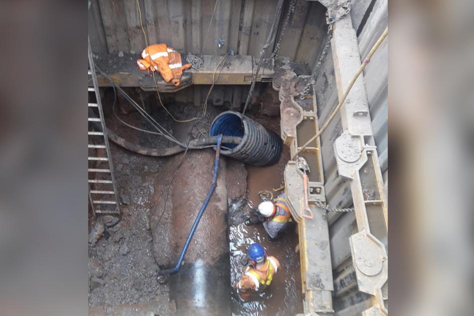 Arbeiter versuchen, den gigantischen Fettkloß aus der Kanalisation zu entfernen. Die Arbeiten werden wohl noch bis Juni andauern.