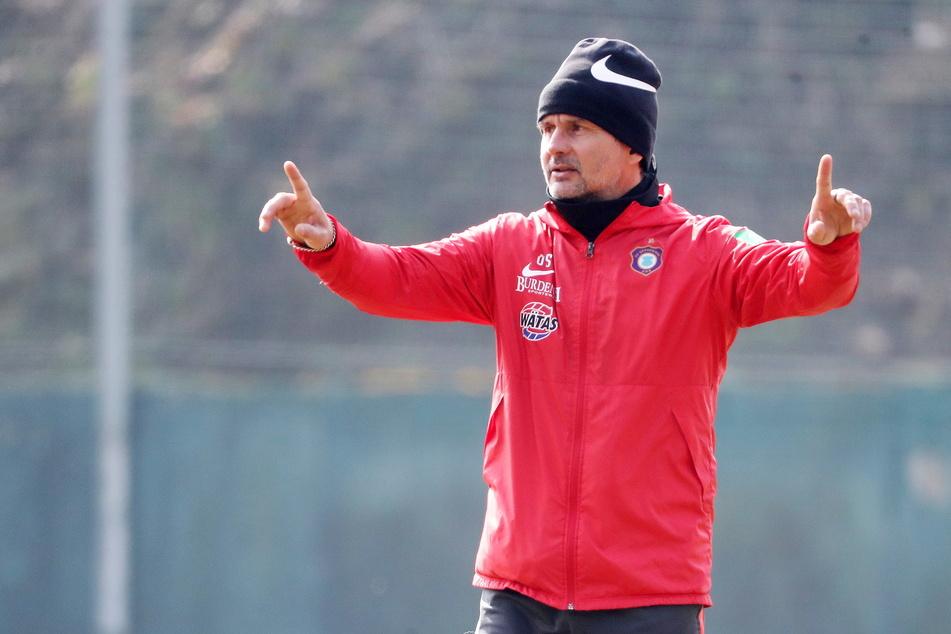 Der Takt(ik)-Geber: FCE-Coach Dirk Schuster (53) lässt im Training speziell für das kommende Spiel Situationen einstudieren.