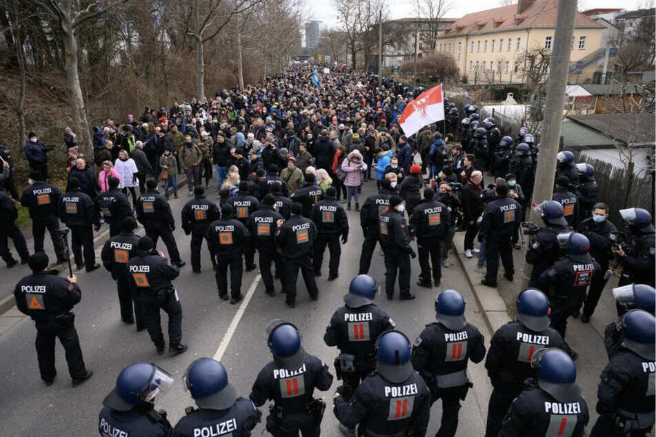 Polizisten und Demonstranten stehen auf der Magdeburger Straße.
