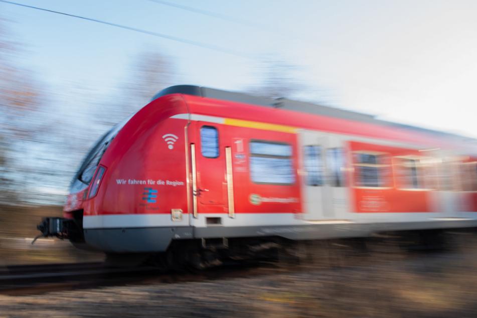 Mann hält Frau in Zug fest und sagt, dass er eine Bombe im Rucksack habe