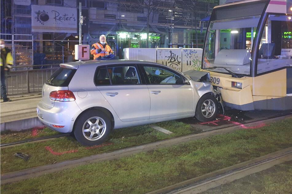Autofahrer erfasst Fußgänger und kracht danach frontal gegen Straßenbahn