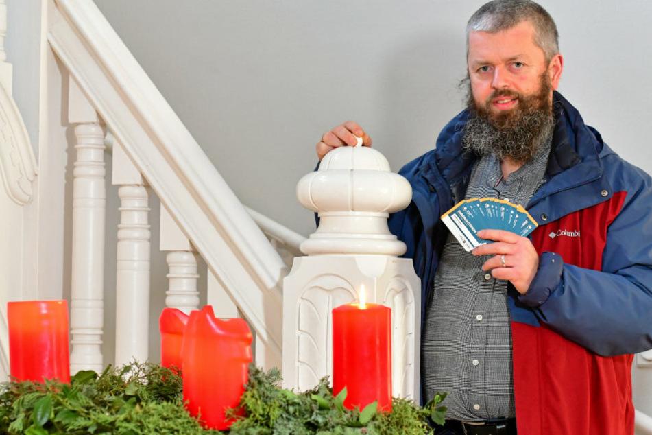 Pfarrer Markus Beulich (50) hat in der Weihnachtswoche die Ehrenamtspässe für seine Kirchgemeinde abgeholt.