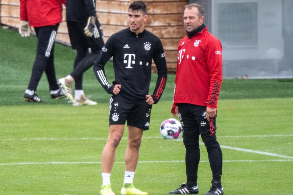 Wollen mit dem FC Bayern München in die nächste Runde des DFB-Pokals: Marc Roca (23, l.) und Hansi Flick (55) im Gespräch.