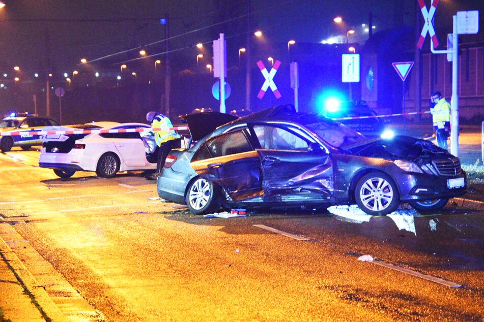 Der weiße Audi krachte wohl in den grauen Mercedes-Benz. Fünf Menschen verletzten sich in der Folge zum Teil schwer.