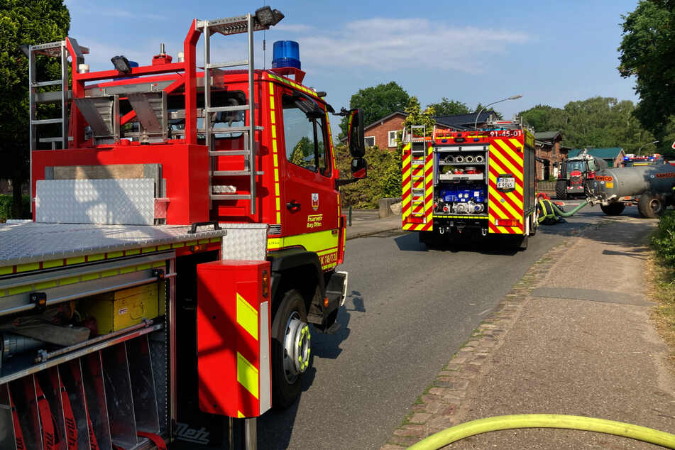 Zahlreiche Feuerwehrleute sind bei dem Brand in Eggstedt im Einsatz.