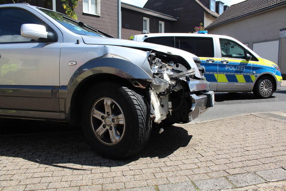 Das Auto wurde erheblich beschädigt und wurde abgeschleppt.