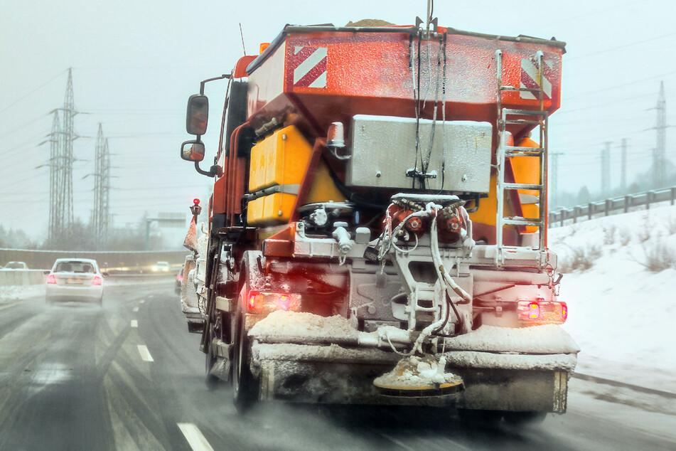 Schnee und Glätte in Sachsen: Lkw-Fahrer müssen ganze Nacht auf Straße verbringen