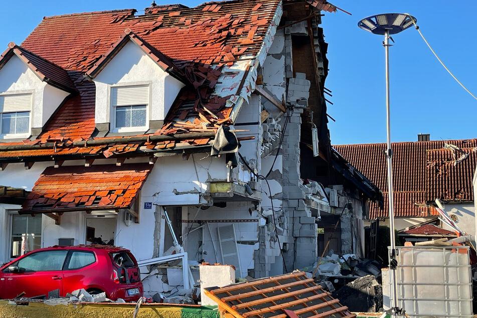 Nach der Explosion ist das Nachbarhaus von Beschädigungen schwer gezeichnet. Das Haus, in dem die Explosion passierte, brach zusammen.