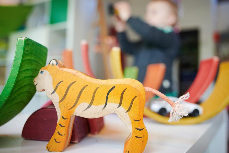 Ein Junge spielt in einer Kindertagestätte mit Bauklötzen.