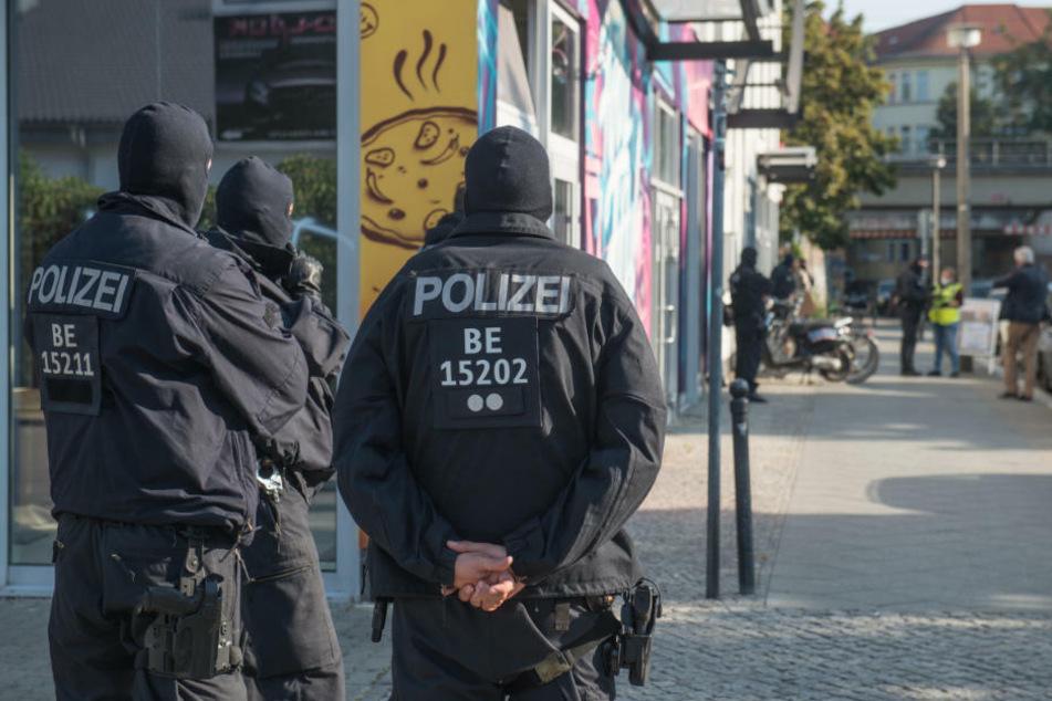 Polizeibeamte und Mitarbeiter der Steuerfahndung sind im Rahmen einer Durchsuchung in einem Geschäftshaus im Bezirk Treptow im Einsatz.