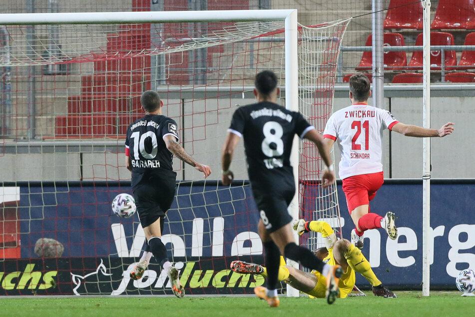 Bitter! Sercan Sararer (Türkgücü München) trifft zum 0:1 gegen FSV-Torhüter Johannes Brinkies.