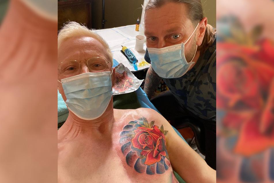 Tattoo-Künstler Falk Menberg (44, r.) lässt über dem Herz von Wolle Förster (66) eine Rose erblühen.