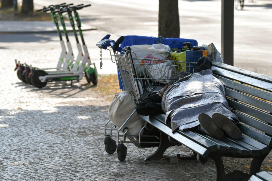 Ein Obdachloser schläft auf einer Bank auf dem Boulevard Unter den Linden. (Symbolbild)