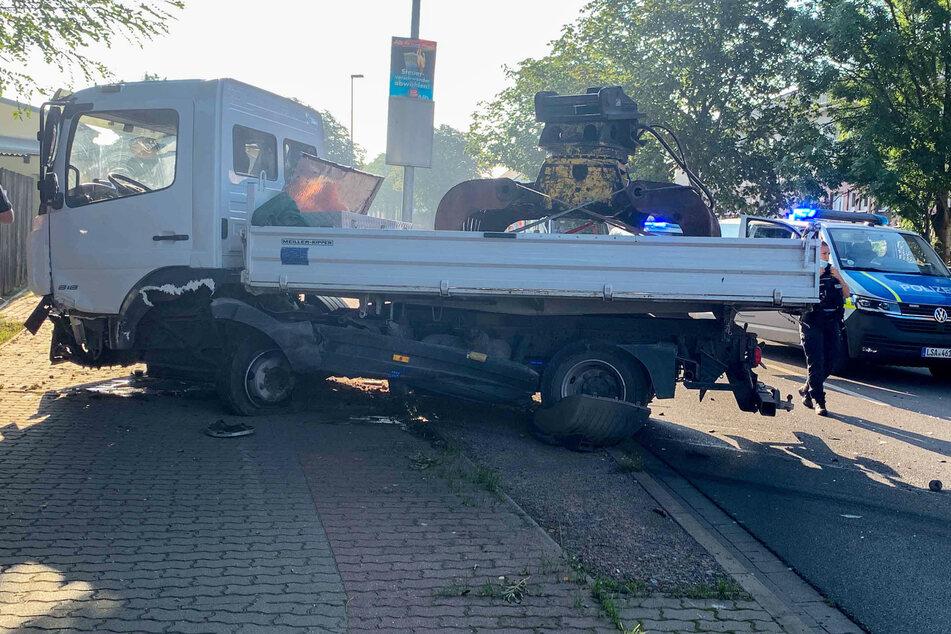 Auch am Lastwagen sind die Beschädigungen klar zu erkennen.