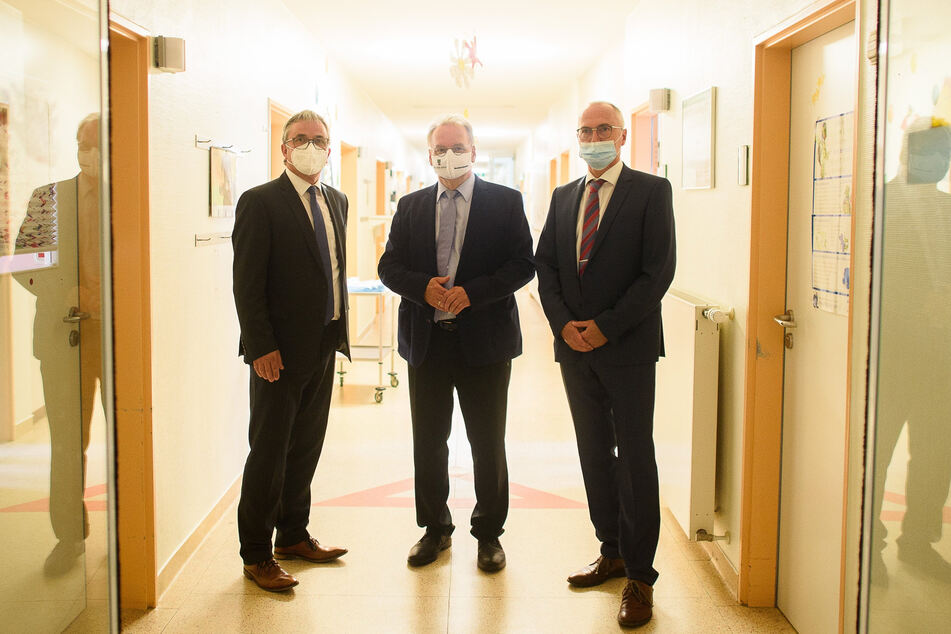 Michael Ziche (Landrat des Altmarkkreises Salzwedel), Reiner Haseloff (Ministerpräsident des Landes Sachsen-Anhalt) und Michael Schoof (Medizinischer Geschäftsführer und Ärztlicher Direktor des Altmark-Klinikums) besuchten die Kinderklinik.