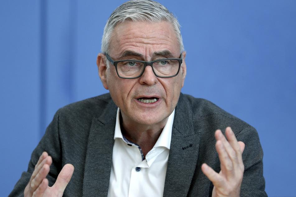 Uwe Janssens (60), Präsident der DIVI (Deutsche Interdisziplinäre Vereinigung für Intensiv- und Notfallmedizin), spricht in der Bundespressekonferenz.