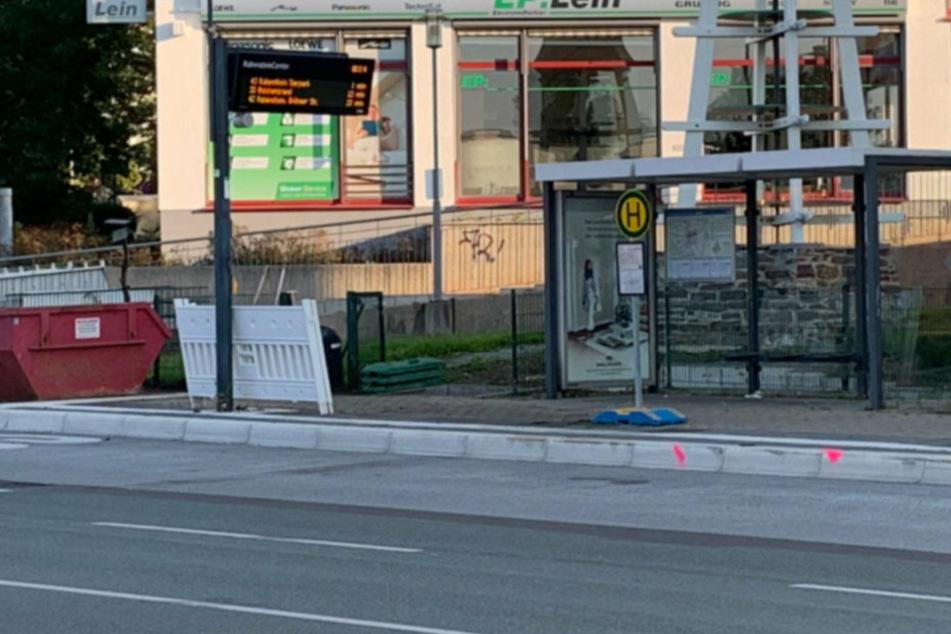 Auch auf der anderen Straßenseite wurde die Haltestelle beschädigt.