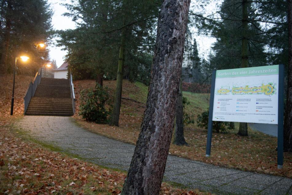 Zittau: Ein Schild steht auf dem Gelände des Krematoriums der Städtischen Dienstleistungs-GmbH Zittau Bestattungswesen.