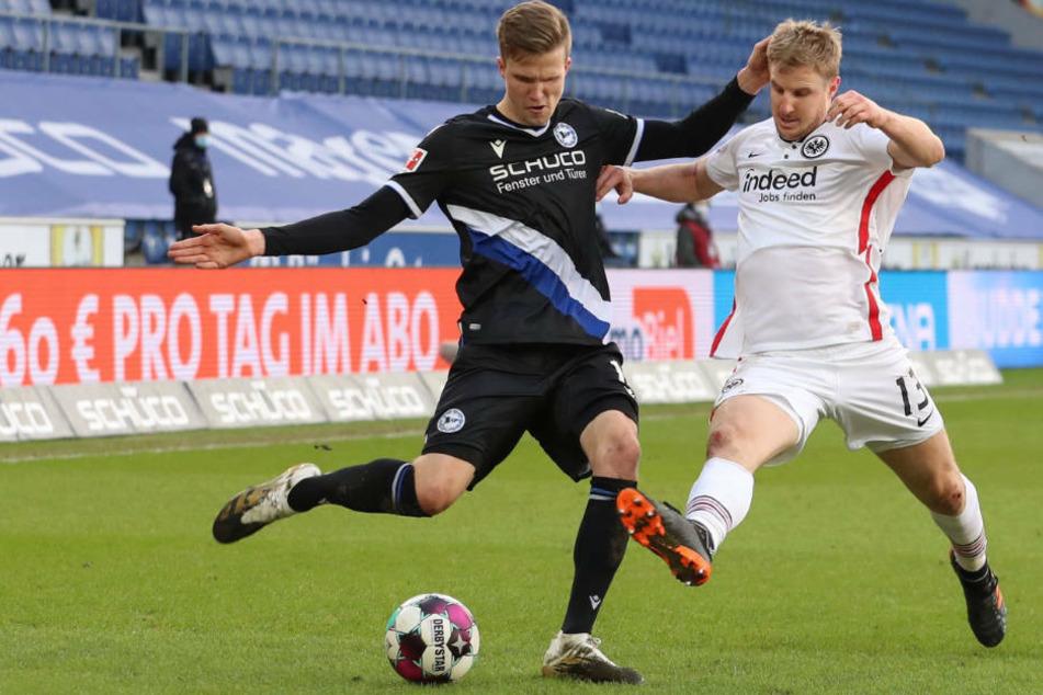 Martin Hinteregger (r.) gegen Fabian Kunze: Eintracht Frankfurts Abwehrchef ließ hinten zunächst wenig anbrennen.